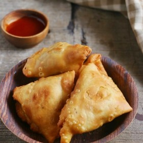Here is the best Indian Punjabi samosa recipe you will ever make at home. Crispy, flaky, with delicious aloo filling, best ever aloo samosa recipe from scratch! Learn to make the best samosa pastry, delicious filling and watch the video to know how to stuff and shape the samosa!