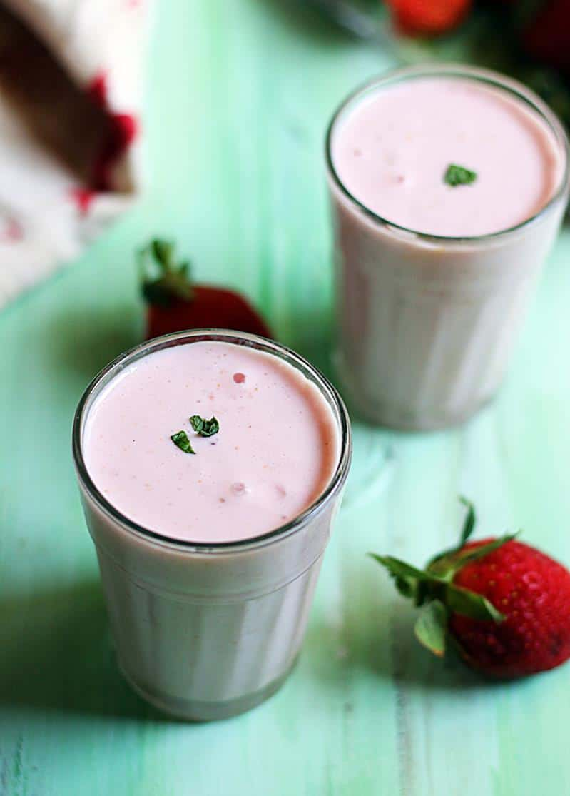how to make strawberry lassi recipe-Indian yogurt drink with fresh strawberries