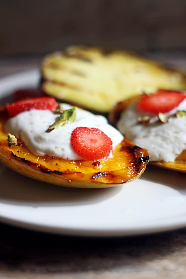 Grilled mangoes with yogurt